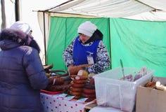 鄂木斯克,俄罗斯- 2015年3月07日:有肉制品的帐篷在室外市场上 免版税库存照片