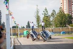 鄂木斯克,俄罗斯- 2013年8月03日:自动圈地,汽车特技 库存照片