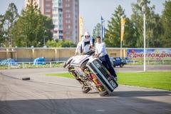 鄂木斯克,俄罗斯- 2013年8月03日:自动圈地,汽车特技 库存图片