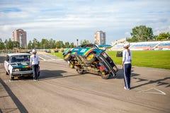 鄂木斯克,俄罗斯- 2013年8月03日:自动圈地,汽车特技 免版税图库摄影
