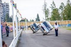 鄂木斯克,俄罗斯- 2013年8月03日:自动圈地,汽车特技 图库摄影