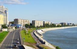 鄂木斯克,俄罗斯- 2009年8月16日:鄂毕河的顶视图堤防 免版税库存图片