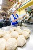 鄂木斯克,俄罗斯- 2014年12月19日:面包工厂的工作者 免版税库存图片