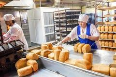 鄂木斯克,俄罗斯- 2014年12月19日:面包工厂的工作者 库存图片