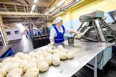 鄂木斯克,俄罗斯- 2014年12月19日:面包工厂的工作者 库存照片