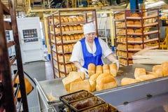 鄂木斯克,俄罗斯- 2014年12月19日:面包工厂的工作者 图库摄影