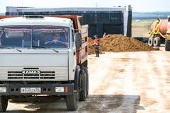 鄂木斯克,俄罗斯- 6月2 :在修路的卡车驱动 库存图片
