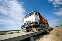 鄂木斯克,俄罗斯- 6月2 :在修路的卡车驱动 免版税库存照片