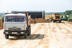 鄂木斯克,俄罗斯- 6月2 :在修路的卡车驱动 免版税图库摄影