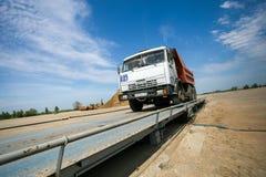 鄂木斯克,俄罗斯- 6月2 :在修路的卡车驱动 库存照片
