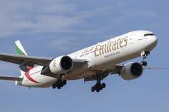 酋长管辖区在方法的波音777-300班机A6-ECQ对土地在墨尔本国际机场 库存照片