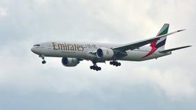 酋长管辖区波音777-300ER航行器着陆 库存照片