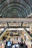酋长管辖区的购物中心的内部在迪拜 图库摄影