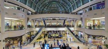 酋长管辖区的购物中心的内部在迪拜 免版税库存图片