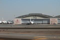 酋长管辖区航空公司的技术中心飞机棚在机场 迪拜,阿拉伯联合酋长国 库存图片