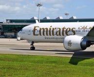 从酋长管辖区(EK)的波音777-300 ER在新加坡樟宜机场(罪孽) 库存照片