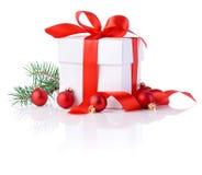 配件箱、红色丝带、树枝和圣诞节球 免版税库存照片