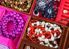 配件箱与珠宝的不同的颜色 免版税库存图片