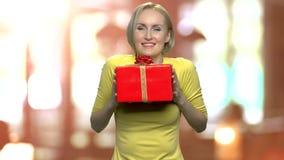 配件箱兴奋礼品妇女 股票视频