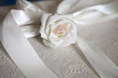 配件箱典雅的礼品丝带玫瑰白色 免版税库存图片