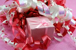 配件箱卷曲礼品粉红色丝带 免版税图库摄影