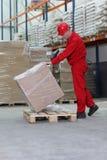 配件箱增强的货盘工作员 免版税图库摄影