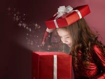 配件箱开放礼品的女孩 免版税库存照片