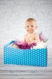 配件箱的逗人喜爱的女婴 免版税库存照片