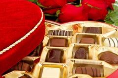 配件箱糖果巧克力红色玫瑰 免版税库存照片