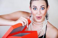 配件箱红色惊奇妇女 免版税库存照片