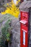 配件箱英国过帐红色墙壁 免版税库存照片