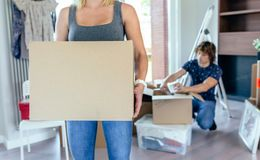 配件箱运载的移动妇女 图库摄影