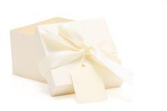 配件箱部分地被开张的色的奶油色礼&# 图库摄影