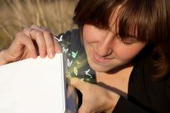 配件箱魔术被开张的微笑的妇女年轻&# 免版税库存照片