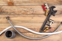 配件,管子,阀门,水的,水水管,在木背景的可调扳手塑料管子 顶视图 复制 库存照片