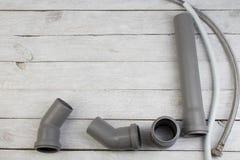 配件,管子,阀门,水的,水水管,在木背景的可调扳手塑料管子 顶视图 复制 库存图片