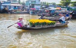 配偶在河菊花销售的划艇 图库摄影