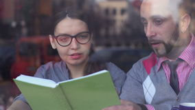 配合、合作和创造性 见面在咖啡馆的年轻商人 影视素材