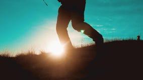 配合人从幸福胜利走跑跃迁 有背包的两个游人徒步旅行者人在日落去远足旅行 股票录像