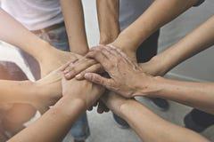 配合人接触团结小组的手到succuss事务 库存照片