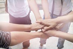配合人接触团结小组的手到succuss事务 免版税库存照片