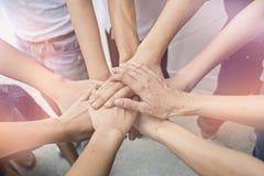 配合人接触团结小组的手到succuss事务 库存图片