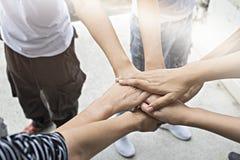 配合人接触团结小组的手到succuss事务 免版税库存图片