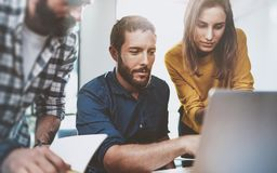 配合企业概念 坐在会议室和使用膝上型计算机的年轻工友 水平 被弄脏的背景 免版税库存图片