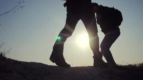 配合企业生活方式旅行概念 腿现出轮廓走在山的上面的人的小组徒步旅行者 股票视频
