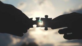 配合企业财务概念生活方式 男性手连接两个难题现出轮廓反对日落 ?? 影视素材