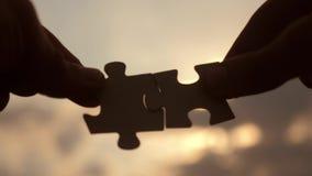 配合企业财务概念 男性手连接两个难题反对生活方式剪影日落 ?? 股票视频