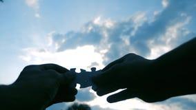 配合企业财务概念 男性手连接两个难题现出轮廓反对日落 配合生活方式 影视素材