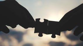 配合企业财务概念 男性手连接两个难题现出轮廓反对生活方式日落 ?? 股票录像