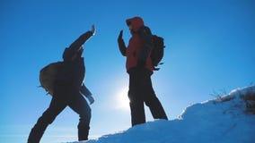 配合优胜者游人冬天雪商务旅游旅行见面了在山顶部 有遇见的背包远足的两个人 影视素材